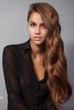 Wspaniała brunetki młoda kobieta z długim wspaniałym włosy Fotografia Stock
