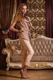Wspaniała dama w barok projektującym pokoju Zdjęcie Stock