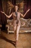 Wspaniała dama w barok projektującym pokoju Zdjęcie Royalty Free