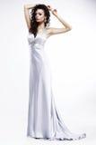 Wspaniała dama w Lekkiej Jedwabniczej Sleeveless sukni z platyny biżuterią. Zmysłowość obrazy royalty free