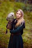 wspaniała dziewczyna w średniowiecznej sukni z sową na jej ręce Fotografia Stock