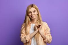Wspaniała dziewczyna w pasiastej koszula i białej koszulce pokazuje serce z dwa rękami obraz stock