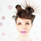 Wspaniała dziewczyna z galanteryjną fryzurą przy białym zamazanym tłem obraz royalty free