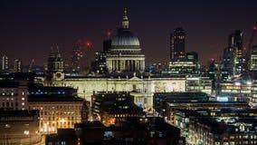 Wspaniała fasada St Paul ` s katedra przy nocą w Londyn zdjęcia royalty free