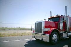 Wspaniała jaskrawa czerwona błyszcząca duża takielunku semi ciężarówka z chrom częściami a zdjęcia stock