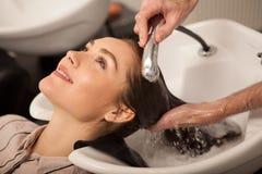 Wspaniała kobieta ma jej włosy myjącego fryzjerem zdjęcia royalty free