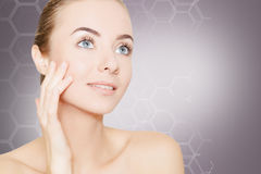 Wspaniała kobieta portreta cleaning skóra nad ciemnym tłem Fotografia Stock