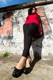 Wspaniała kobieta pozuje z graffiti fotografia stock