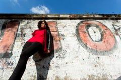 Wspaniała kobieta pozuje z graffiti zdjęcia stock