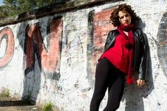 Wspaniała kobieta pozuje z graffiti obrazy stock