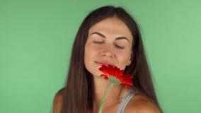 Wspaniała kobieta uśmiecha się patrzeć daleko od dreamily trzymający kwiatu zbiory wideo