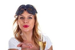 Wspaniała kobieta z karnawał maską i szkło szampan obraz stock