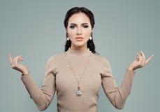 Wspaniała kobieta z makeup, perła kolczykami i kolią, Biżuteria wzorcowy portret fotografia stock