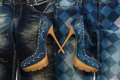 Wspaniała kobiety moda, cajgi, buty w rhinestones, kłama na cajgach obraz stock