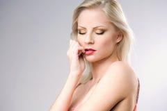 Wspaniała młoda blond kobieta. zdjęcie stock