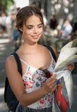 Wspaniała młoda brunetka turysty kobieta zdjęcia stock