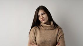 Wspaniała młoda brunetki kobieta w ciepłym trykotowym pulowerze na jasnopopielatym tle obraz royalty free
