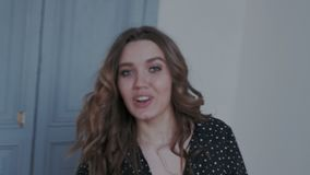 Wspaniała młoda dziewczyna pozuje kamera w nowożytnym wnętrzu Ich spojrzenia wokoło i wirować z pasją i wyrażeniem zdjęcie wideo