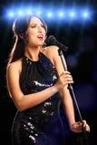Wspaniała młoda kobieta w smokingowym śpiewie Zdjęcia Stock
