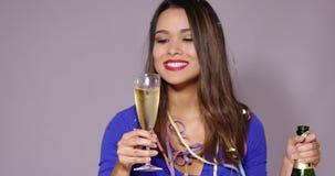 Wspaniała młodej kobiety odświętność z szampanem zdjęcie wideo