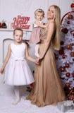 Wspaniała matka z długim blondynem pozuje z uroczym ślicznym d zdjęcie royalty free