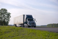 Wspaniała nowożytna modela semi ciężarówka z suchym Samochodem dostawczym Przyczepa obraz stock
