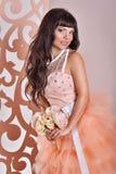 Wspaniała panna młoda z kwiatami Zdjęcia Royalty Free