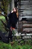 Wspaniała powabna cygańska kolorowa suknia i futerkowy żakiet ubieraliśmy plenerowego Fotografia Royalty Free