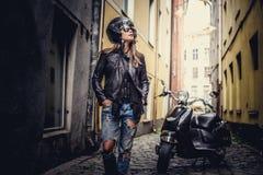 Wspaniała przypadkowa kobieta pozuje z moto scoote zdjęcie royalty free