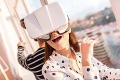 Wspaniała radosna kobieta dryfuje w VR obraz stock