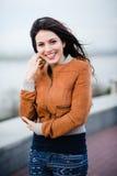 Wspaniała Romantyczna dziewczyna Outdoors podmuchowy włosy długie wiatr Selekcyjna ostrość Obrazy Stock