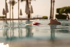 Wspaniała seksowna blondynki schudnięcia kobieta z dysponowanym ciałem w czerwonym swimsuit sw Zdjęcie Royalty Free