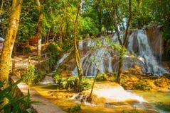 Wspaniała siklawa w Meksyk, piękna sceneria przegapia siklawy Agua Azul blisko Palenque Chiapas Zdjęcia Stock