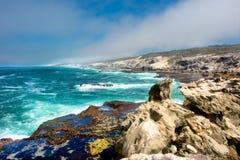 Wspaniała skalista plaża w zmierzchu Zdjęcie Stock