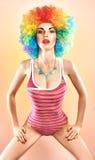 Wspaniała sprawności fizycznej kobieta w swimsuit na brzoskwini Obrazy Royalty Free