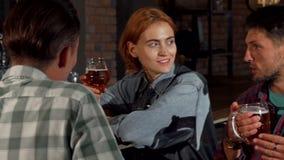 Wspaniała szczęśliwa kobieta ono uśmiecha się kamera podczas gdy pijący z jej przyjaciółmi zbiory wideo