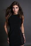 Wspaniała zmysłowa kobieta z ciemnym prostym włosy jest ubranym elegancką suknię Obraz Royalty Free