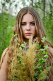 Wspaniała, znakomita, piękna, ładna dziewczyna z długim, prosto, troszeczkę kędzierzawy lekki włosy z kwiatami outdoors w greener Zdjęcia Stock