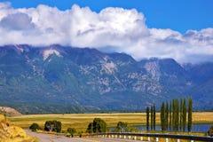 Wspaniałe cumulus chmury dekorują góry Fotografia Stock