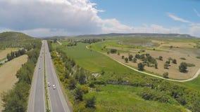 Wspaniałego flyover above pola, zielone rolnicze łąki Cypr i zbiory wideo