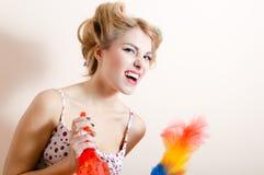 Wspaniałej blondyn dosyć śmiesznej dziewczyny pinup młoda seksowna kobieta ma zabawę czyści up, wyrażający walczącego usuwa pył & Zdjęcie Royalty Free