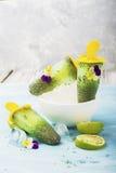 Wspaniałej domowej roboty zieleni owocowy jarski bezpłatny lody z chia ziarnami, owocowy sok, wapno z Obrazy Royalty Free
