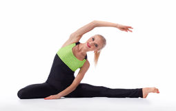 Wspaniałej młodej kobiety ćwiczy joga siedzi na podłoga Obrazy Stock