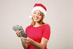 Wspaniałej rudzielec Santa ` s żeński jest ubranym kapelusz z wystrzałem, świętuje zima sezonu świątecznych wakacje fotografia stock