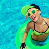 Wspaniałej Szczęśliwej dziewczyny lata gorący przyjęcie w basenie Zdjęcie Royalty Free