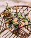 Wspaniały ślubny bukieta składać się z różni kwiaty kłama na ziemi w parku Wiązka kwiaty Obraz Stock