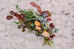 Wspaniały ślubny bukieta składać się z różni kwiaty kłama na ziemi w parku Wiązka kwiaty Obrazy Royalty Free