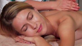 Wspaniały żeński klient relaksuje podczas gdy dostawać ciało masaż zbiory