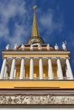 Wspaniały admiralicji wierza 1806-1823 jest punktem centralnym St Petersburg śródmieście Rosja obrazy royalty free
