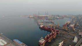 Wspaniały antena strzał Odessa miasta port z udziałami masywna maszyneria, chmurny dzień, 4k zbiory
